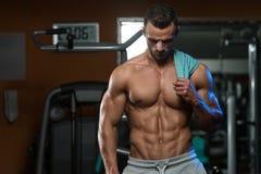 Портрет физически приспособленного молодого человека в здоровом клубе Стоковое Фото