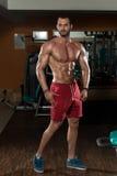 Портрет физически приспособленного молодого человека Стоковые Изображения RF