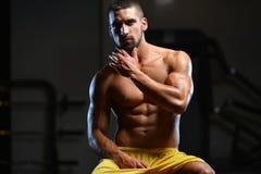 Портрет физически приспособленного мышечного молодого человека Стоковые Фотографии RF