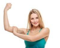 Портрет фитнеса женщины показывать бицепс Стоковые Изображения