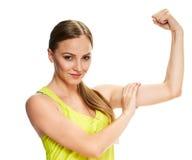 Портрет фитнеса женщины показывать ее бицепс Стоковые Изображения