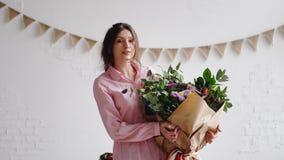 Портрет флориста с большим современным букетом различных цветков стоковое изображение rf