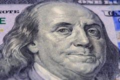 Портрет фотографии макроса Бенджамина Франклина на долларах банкноты 100 американских r стоковое фото