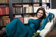 Портрет фото запаса книги чтения молодой женщины красоты в библиотеке Стоковое фото RF