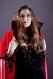 Молодые женщины в красном длиннем плаще Стоковые Изображения