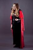 Молодые женщины в красном длиннем плаще Стоковое Изображение