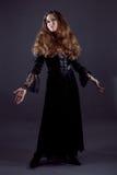 Молодые женщины в черном длиннем платье Стоковое Фото