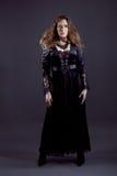 Молодые женщины в черном длиннем платье Стоковая Фотография RF