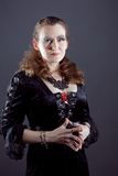 Молодые женщины в черном длиннем платье Стоковая Фотография