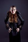 Молодые женщины в черном длиннем платье Стоковое Изображение