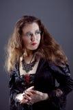Молодые женщины в черном длиннем платье Стоковые Изображения
