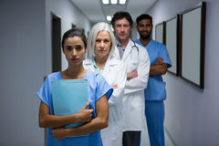 Портрет хирургов и доктора стоя в коридоре Стоковое Изображение