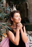 Портрет хитро маленьких девушек принцессы в кроне делает желание для молитвы стоковое фото rf