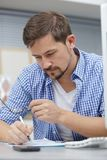 Портрет хмурясь бизнесмен проверяя стекла стоковые изображения