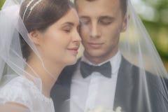 Портрет холит и невеста венчание сбора винограда дня пар одежды счастливое как раз поженено пары счастливые стоковое изображение
