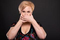 Портрет холодной модной женщины представляя рот заволакивания стоковое фото rf