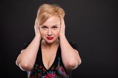 Портрет холодной модной женщины представляя уши заволакивания стоковое фото rf