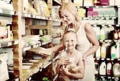 Портрет ходить по магазинам женщины и девушки радостно макаронных изделий стоковые фото