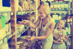 Портрет ходить по магазинам женщины и девушки радостно макаронных изделий стоковое изображение rf