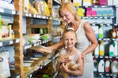 Портрет ходить по магазинам женщины и девушки радостно макаронных изделий стоковая фотография