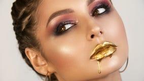 Портрет художника макияжа красивой девушки девушки профессионального стоковые фото