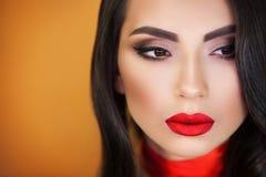 Портрет художника макияжа красивой девушки девушки профессионального стоковые фотографии rf