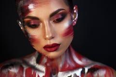 Портрет художника макияжа красивой девушки профессионального стоковое изображение rf
