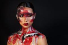 Портрет художника макияжа красивой девушки профессионального стоковая фотография