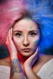 Портрет художника девушки с краской цвета на стороне с татуировкой в наличии Стоковое Фото