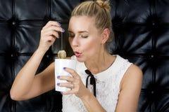 Портрет чая белокурой женщины выпивая Стоковое Фото