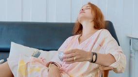 Портрет чая молодой милой женщины выпивая стоковая фотография
