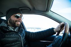 Портрет человека в его автомобиле стоковые изображения