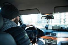 Портрет человека в его автомобиле стоковые фото