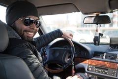 Портрет человека в его автомобиле стоковое изображение