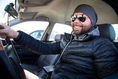 Портрет человека в его автомобиле стоковое изображение rf