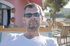Портрет человека в солнечных очках в его часах досуга стоковая фотография rf