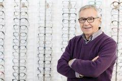 Портрет человека в стеклах рамки ходит по магазинам стоковое фото