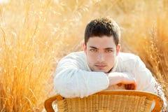 Портрет человека зимы осени в золотистом поле травы Стоковые Изображения