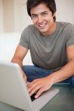 Портрет человека используя тетрадь Стоковая Фотография