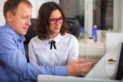 Портрет человека и женщины в офисе Стоковое Фото