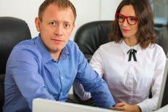 Портрет человека и женщины в офисе Стоковые Фото