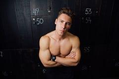 Портрет человека модели фитнеса красивого, торса в раздевалке Портрет перед или после разминкой Стоковые Изображения