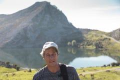 Портрет человека на его каникулах в Covadonga, на заднем плане Стоковые Изображения RF