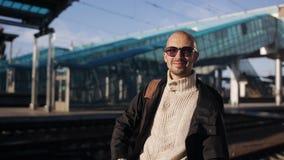 Портрет человека на платформе железнодорожного вокзала ожидая прибытия поезда сток-видео
