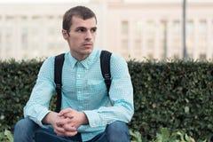 Портрет человека на улице говоря о том, что-то серьезном стоковые изображения rf
