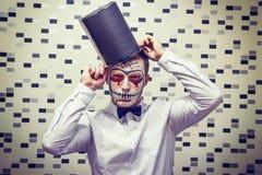 Портрет человека на хеллоуине Сторона мертвого человека в черной шляпе удерживания halloween даты принципиальной схемы календара  Стоковые Фото