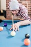 Портрет человека хипстера играя билльярды стоковое фото rf