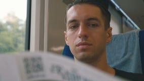Портрет человека читая журнал в путешествии поезда длинном E видеоматериал