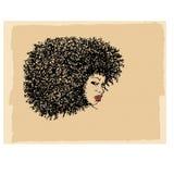 Портрет чернокожей женщины с предпосылкой вьющиеся волосы и сливк Стоковое Изображение RF