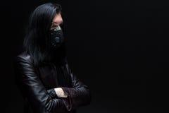 Портрет человека брюнет в маске стоковое фото rf